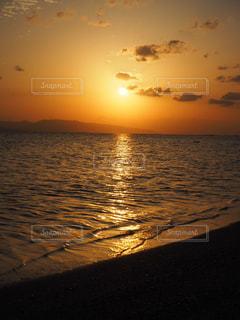 夕日に染まる海の写真・画像素材[1215608]
