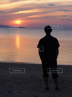 男性,海,空,夕日,青,後ろ姿,夕焼け,反射,オレンジ,後姿,八重山,男の子,離島,背後,男の人