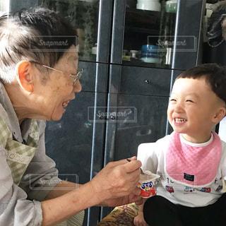 2歳と90歳の会話の写真・画像素材[1374335]