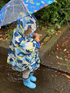 カラフルな傘を持つ人の写真・画像素材[2217431]