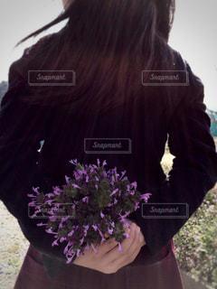 花束を隠して持つ子の写真・画像素材[1372375]