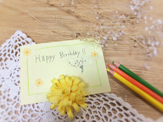 花,文字,鮮やか,英語,レース,メッセージ,テーブルフォト,色鉛筆,ナチュラル,色,手書き,色彩,happy birthday,メッセージカード,バースデーカード,手書き文字,いろえんぴつ