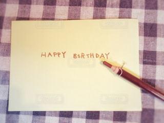 文字,チェック,茶色,英語,シンプル,メッセージ,誕生日,テーブルフォト,色鉛筆,ナチュラル,色,手書き,茶,happy birthday,メッセージカード,バースデーカード,手書き文字,いろえんぴつ