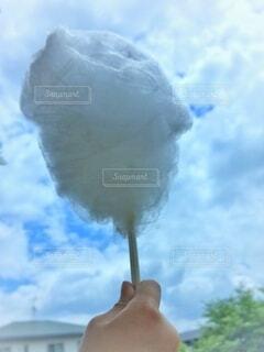 風景,空,屋外,雲,手持ち,人物,ポートレート,ライフスタイル,手元,綿菓子,日中,綿あめ,割り箸