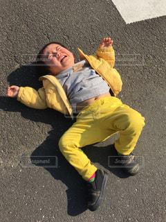 黄色のシャツを着た男性の写真・画像素材[1824398]