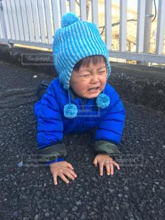 青い帽子をかぶった小さな男の子の写真・画像素材[1824421]