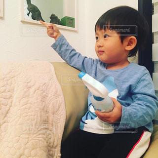 アクアショットをもっておもちゃを指差すゆうきくんの写真・画像素材[2820453]