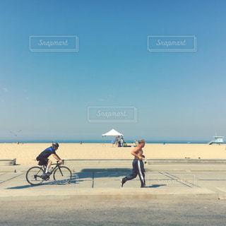 ビーチでバイクに乗っている人のグループの写真・画像素材[1002333]