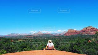 山の前に立っている男の写真・画像素材[1002335]