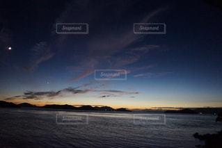 水の体に沈む夕日の写真・画像素材[987995]