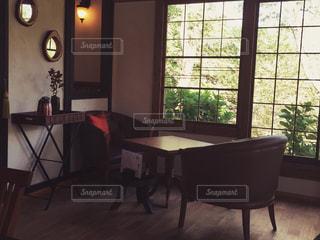 家具と大きな窓で満たされた部屋の写真・画像素材[2278559]