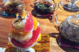 木製のテーブルの上に座っているケーキの写真・画像素材[2278567]