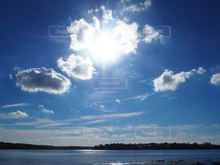 水体の空に雲の写真・画像素材[972801]
