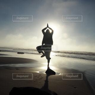砂浜の上に立っている人の写真・画像素材[977774]