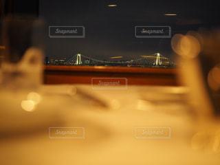 テーブルからのレインボーブリッジの写真・画像素材[1030043]