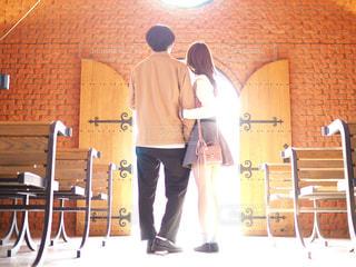 光に照らされるカップルの写真・画像素材[1119559]