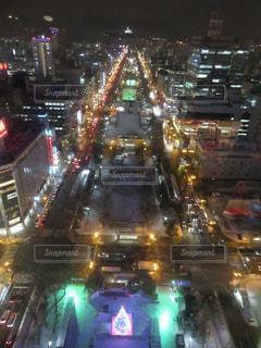 混雑した街の通りは夜のトラフィックでいっぱいの写真・画像素材[1823768]