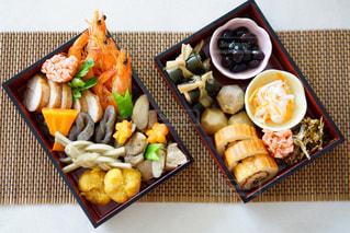 テーブルの上に食べ物の種類でいっぱいのボックスの写真・画像素材[972237]