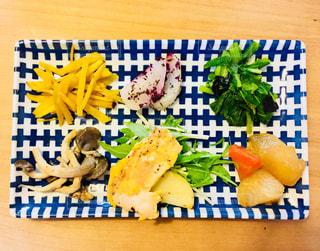近くのテーブルの上に食べ物をの写真・画像素材[1036427]
