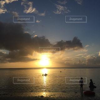 水の体に沈む夕日の写真・画像素材[1282700]
