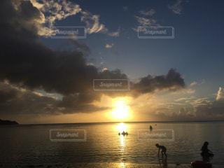 水の体に沈む夕日の写真・画像素材[1290393]