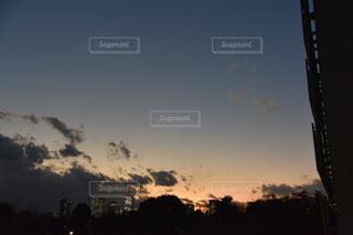 夕暮れ時の都市の景色の写真・画像素材[972893]