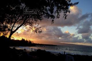 水の体に沈む夕日の写真・画像素材[974205]
