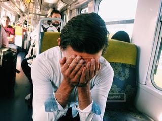 男性,20代,男,旅行,フランス,パリ,シャツ,休日,遠距離,海外旅行,感動,外国人,メトロ,休暇,パートナー,嬉し泣き