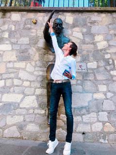男性,20代,散歩,アート,男,旅行,フランス,パリ,シャツ,海外旅行,外国人,休暇,モンマルトル,パートナー,壁抜け男