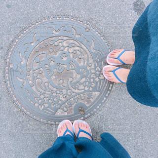 近くに青と黒の靴を履いて足のアップの写真・画像素材[986621]