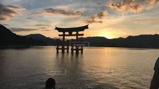 水の体に沈む夕日の写真・画像素材[975439]