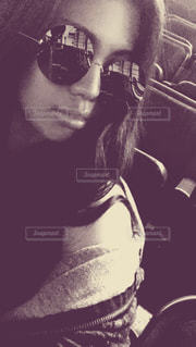 selfie を取ってサングラスをかけている人の写真・画像素材[1050361]