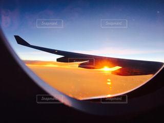 空を飛んでいる飛行機 - No.986018