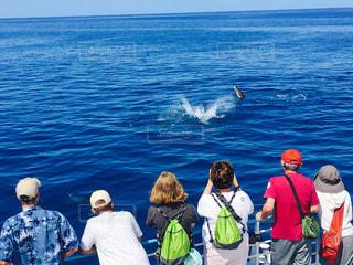 水の体の横に立っている人のグループの写真・画像素材[996667]