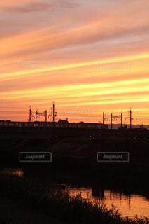 川沿いの帰り道で見た夕日の写真・画像素材[975738]