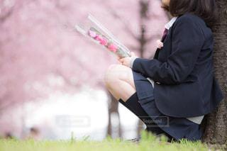 桜の木の下での写真・画像素材[1019804]