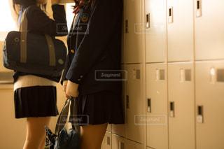 ロッカールームの2人の女子高生の写真・画像素材[1019806]