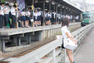 江ノ電の駅前で人待ちをするJKの写真・画像素材[1019812]