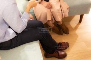 ソファに座って会話する男女の足元のイメージの写真・画像素材[1841594]