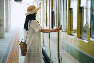 電車に乗ろうとする女の子の写真・画像素材[2271943]