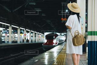 新幹線の到着を待つ女の子の写真・画像素材[2271956]