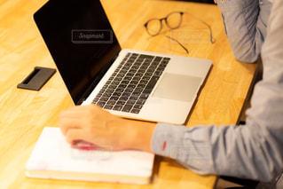 自宅のテーブルでリモートワークをする男性の写真・画像素材[3304277]