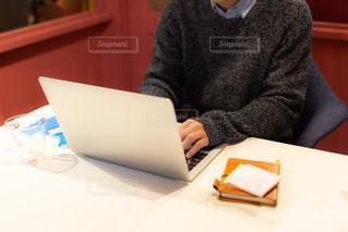 リモートワークをする男性(手元メイン)の写真・画像素材[3304275]