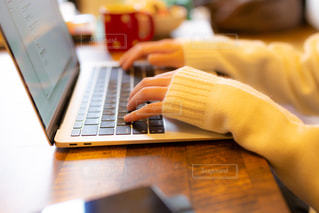 リモートワーク、テレワークをしている若い女性の手元の写真・画像素材[3304282]