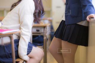 教室で仲良くおしゃべりをしている女子高生の写真・画像素材[3328122]