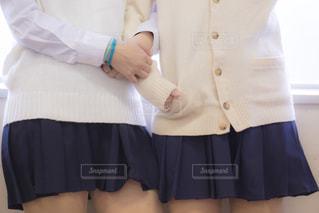 仲良く腕組みをしている女子高生の写真・画像素材[3328125]