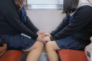 相手の手を取る女子高生の写真・画像素材[3328140]