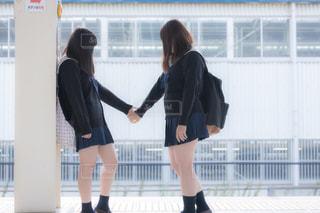 友達の手を取る女子高生の写真・画像素材[3328143]