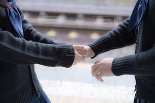 友達の手を取る女子高生の写真・画像素材[3328154]