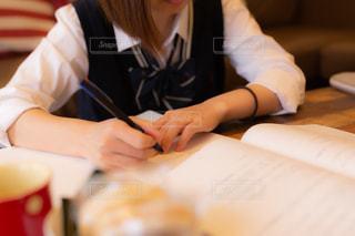 自宅のテーブルで勉強する女子高生の写真・画像素材[3349935]